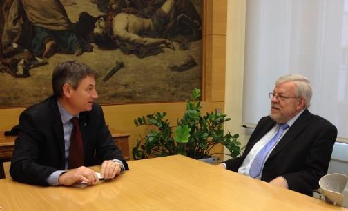 L'alcalde conversa amb Olle Johansson a la Sala dels Lleons de l'Ajuntament. Foto: AJ