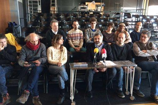 Els regidor amb membres d'algunes companyies participants del cicle a Can Gassol. Foto: Ajuntament
