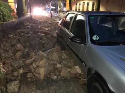 Desperfectes en un vehicle per la caiguda del mur. Foto: Ajuntament