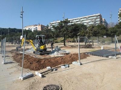 Treballs de cimentació de la nova àrea de jocs infantils inclusius al parc Central