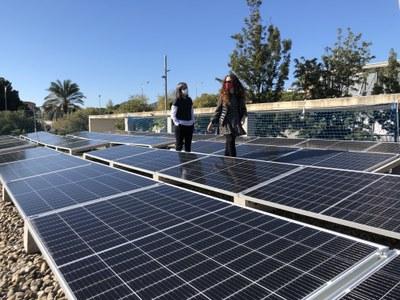La regidora Elizabet Ruiz durant una visita d'obres a la instal·lació de plaques solars al Poliesportiu Teresa M. Roca i Vallmajor. Foto: Ajuntament
