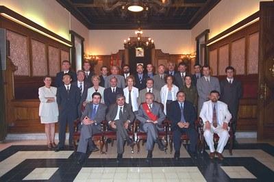 Imatge institucional del consistori al 1999, amb Remigio Herrero al costat de l'exalcalde Manuel Mas.