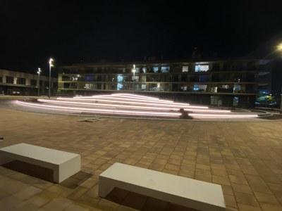 Vista nocturna de la plaça. Foto: PUMSA