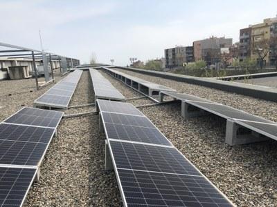 Plaques fotovoltaiques a la coberta de l'Escola Marta Mata. Foto: Ajuntament de Mataró