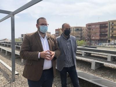 L'alcalde, David Bote, i el regidor de Transició energètica, Xesco Gomar, avui a la coberta de l'Escola Marta Mata. Foto: Ajuntament