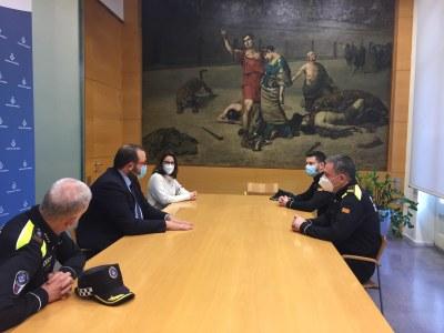 L'alcalde, David Bote; la regidora de Seguretat Pública, Anna Villarreal; i el cap de la Policia Local, Mateo Sánchez, amb els dos nous comandaments del cos. Foto: Ajuntament